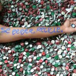 Alfredo Borret transforma tampinhas de metal em arte sustentável