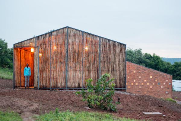 Alojamento sustentável com materiais locais e naturais