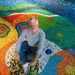 Artista apresenta escultura que ressalta o valor da reciclagem