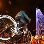 Árvore de Natal iluminada com pedaladas de bicicletas