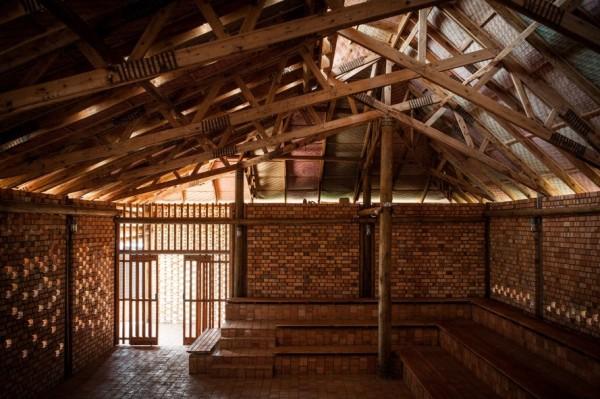 Ross Langdon Educação Health Center em Uganda com materiais de construção regionais de Uganda,