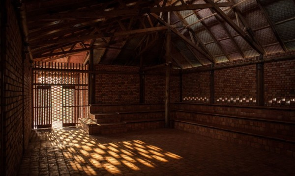 Centro comunitário em Uganda foi construído com materiais simples e ecológicos