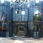 Casas de garrafas pet compõem vila no Panamá