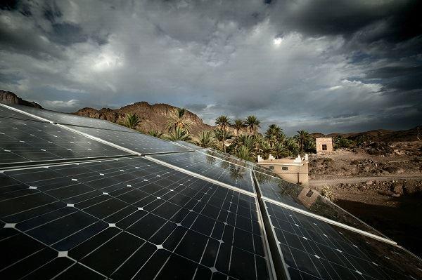 Novo painel fotovoltaico capta energia da chuva