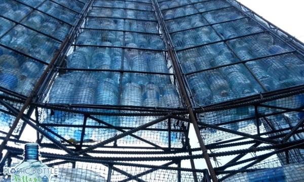 Estrutura de uma casa de garrafa pet na vila. Foto: Divulgação