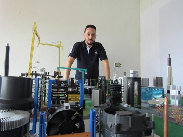 Estudante de arquitetura preocupado com o problema global dos resíduos, decide fazer algo inovador,e cria maquetes com lixo eletrônico.