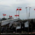 Pequena turbina eólica feita de bacias plásticas traz energia limpa para uma vila pobre no Vietnã