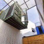 Espaços abertos trazem conforto a uma casa container na Indonésia