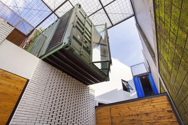 Espaços abertos em uma casa container na Indonésia
